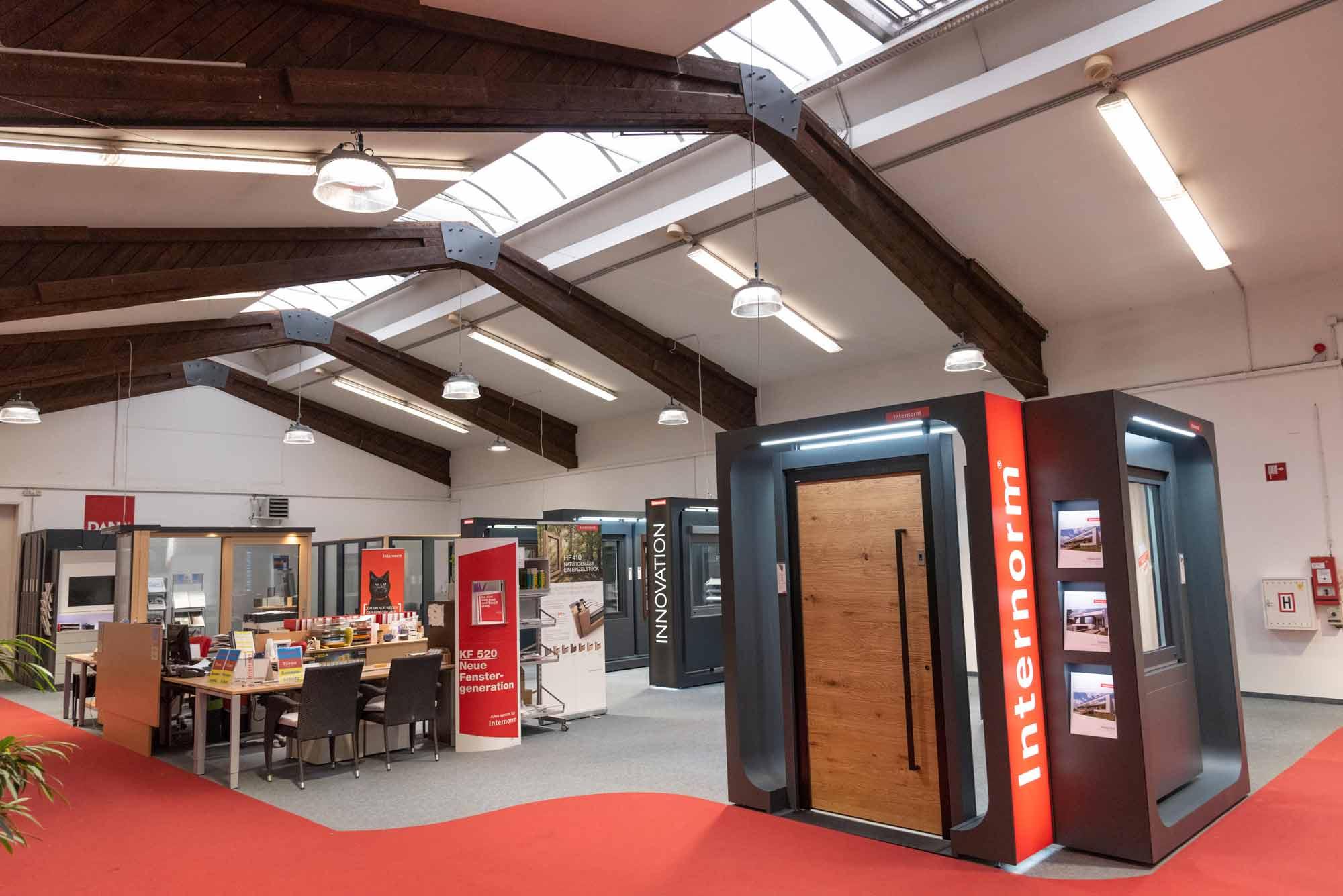 neu renovierter Elemente-Schauraum in Weiz mit modernen anthrazit-Elementen und roten Teppichboden