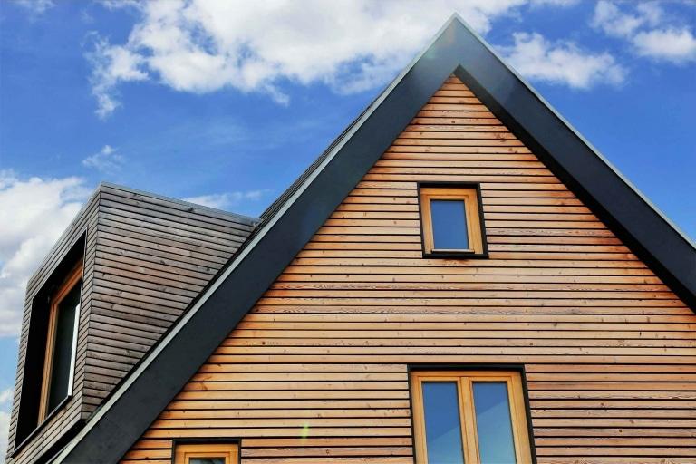 Eine Außenmauer mit schöner Holzfassadenverkleidung aus schmalen horizontal angeordneten Holzdielen.