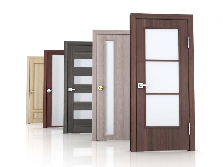 Türen mit Holzrahmen und Holzblättern in verschiedenen Farben und mit verschiedenen Glasausschnitten